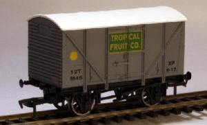 Dapol Model Railway Wagon - Dapol Tropical Fruit Co. Banana Van - B862